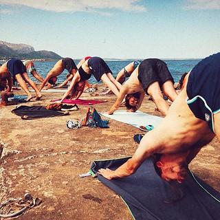 Yoga am Wasser ist irgendwie basser ... oder besser. #yoga #gemeinsam #mallorca #bewegung #pier