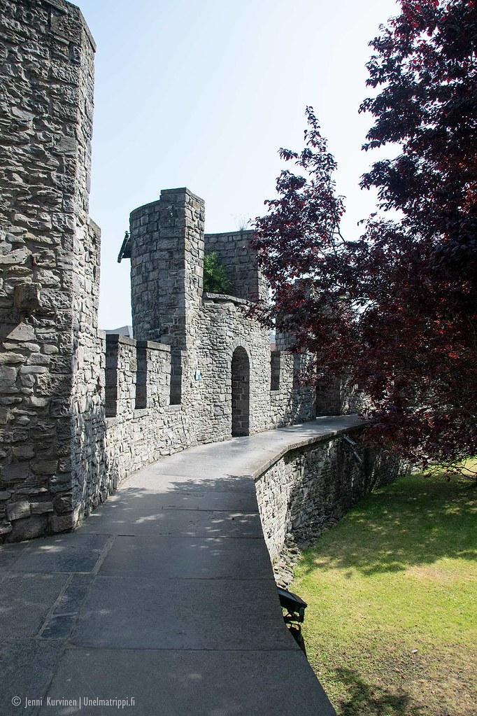 Gravensteenin linnan muurin reunalla on kävelytasanne
