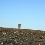 Dunkle Schlacke liegt auf dem Gipfelplateau der Schurenbachhalde, auf der sich auch die Bramme befindet