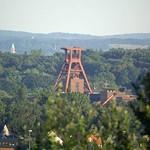 Fördergerüst der Zeche Zollverein in Essen von der Schurenbachhalde aus gesehen - die Entfernung zum Fördergerüst der Zeche Zollverein beträgt 3,4 Kilometer