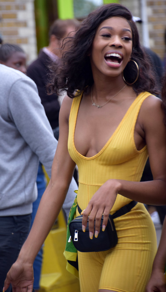 DSC_8150a Notting Hill Caribbean Carnival London Exotic Colourful Yellow Outfit Girls Aug 27 2018 Stunning Ladies Décolleté Low Neckline Beautiful Braless Breasts Cleavage