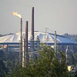 BP-Erdölraffinerie und Arena in Gelsenkirchenvon der Schurenbachhalde aus gesehen - die Entfernung zur PB-Erdölraffinerie beläuft sich auf rund drei Kilometer, die Arena auf Schalke ist circa 5,5 Kilometer entfernt