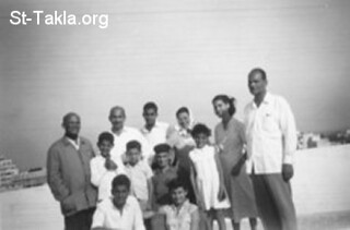 المتنيح الشماس يوسف حبيب سنة 1958 الى أقصى اليسار مع العائلة