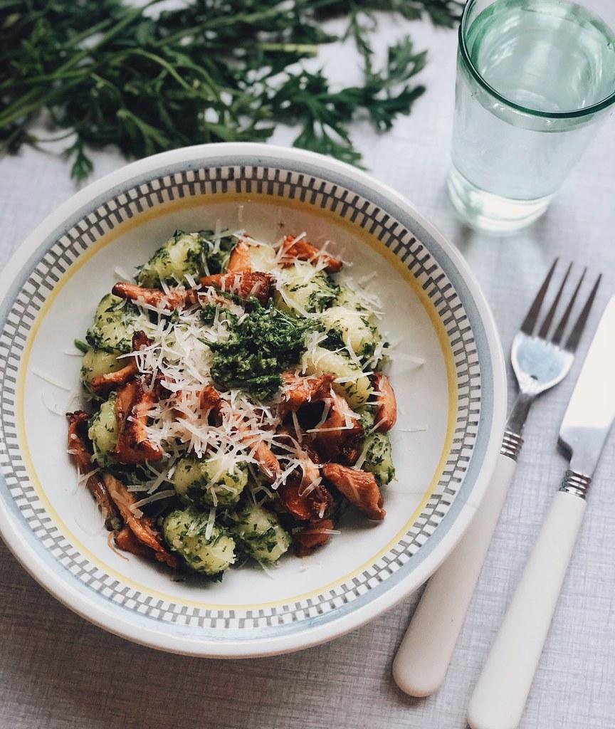 gnocchi med morotsblastpesto, smörstekta kantareller och parmesan