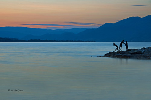 harmless frolic penticton kids children statue statues silhouette okokanagan okanogan beach lake sun set rise sunset sunrise bc british columbia art artwork okanagan josé joe vieira garcia joeinpenticton