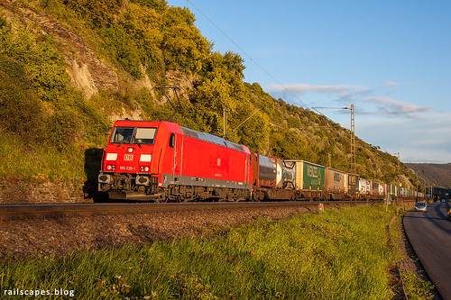 db3507 diebahn traxxac2 trein kaub rheinlandpfalz germany de business train railscape railscapes freight transport transportation rail railroad sustainable logistics zug bahn mobility photo image spoorweg chemindefer spoorlijn cargo eisenbahn traxx rhein rhine valley sunset evening
