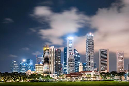 singapur grosstadt skyline wolkenkratzer fussballfeld rasen grün lichter nacht nikon d810 28mm singapore bigcity skyscrapers soccerfield lawn green lights night t