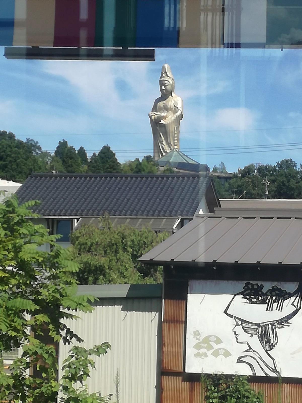 Kaga-onsen - immense (73m) statue de la déesse Kannon