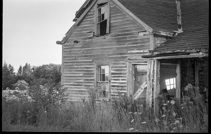 abandoned homestead, deteriorating,  Thomaston, Maine, Leica C1, Kodak TMAX 400, Ilford Ilfosol 3 developer, mid-August 2018