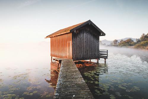 chiemsee dedeutschland sunrise refelction europa alps mist moody lake bayern alpen herkunft fujixpro2 chiemgau house bavaria fog cottage rimsting germany de jetty