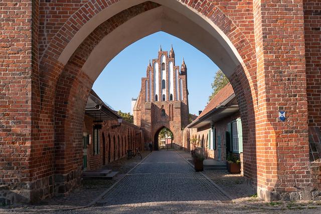 Neubrandenburg: Friedländer Tor, Blick durchs Vortor zum Haupttor - Friedland Gate, view from the Outer Gate to the Main Gate