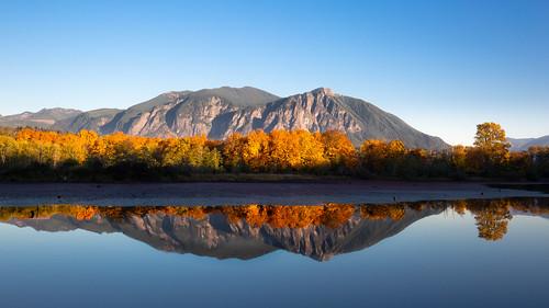 nature reflection landscape autumn fall autumncolors fallcolors trees mountains mtsi bluesky borstlake snoqualmie washingtonstate pacificnorthwest canoneos5dmarkiii canonef1635mmf4lis wallpaper background
