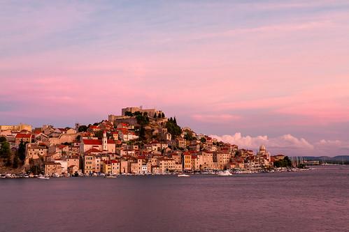 plažabanj šibenik cityscape citylandscape city sunset citycentre clouds dalmatia croatia stjamesscathedral fortress stmichaelfortress unesco worldheritage boats adriaticsea