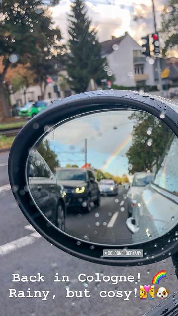 Seitenspiegel von Auto mit Regenbogen