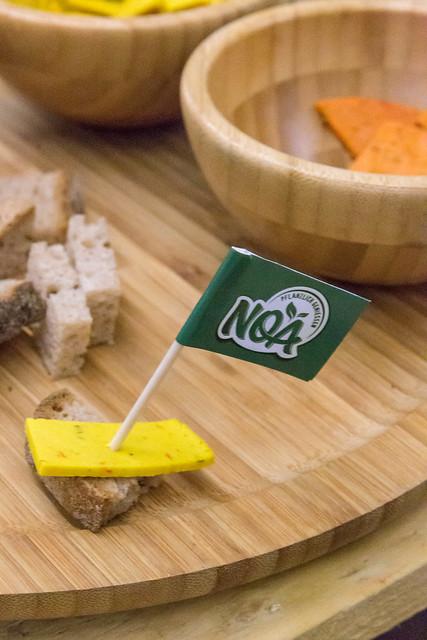 Noa - veganer Käse-Ersatz auf einem Stück Brot mit Fähnchen