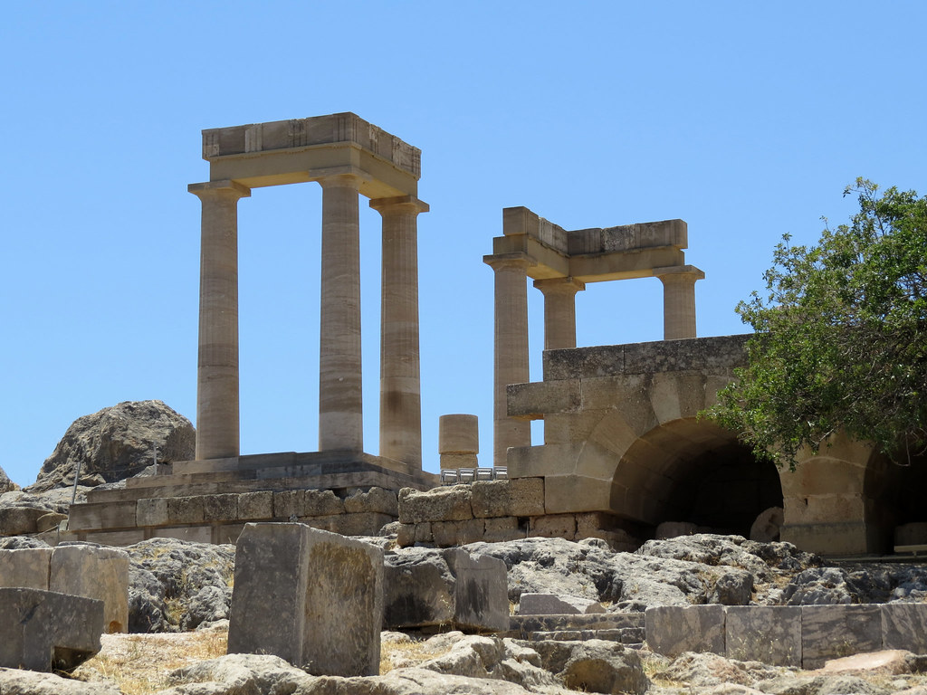 Портик и развалины древнеримского храма
