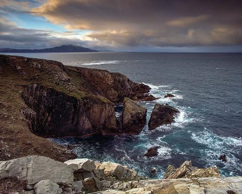 tetenalcolortece6 meer wolkenhimmel ashleam langzeitbelichtung wiese schafeovis mayo regen klippe irland cliffsofashleam sonnenaufgang fujichromevelvia50 herbst sturm insel stein irl