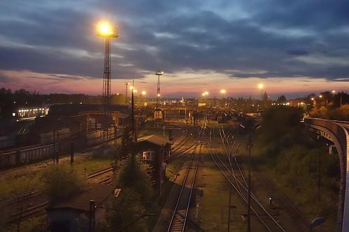 opoległowne stacja pkp kolej tory zmierzch wieczów zachódsłońca nadopolem
