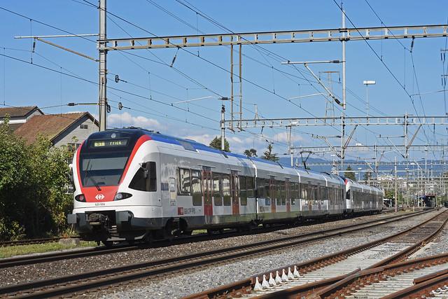 RABe 523 004, auf der S1, fährt am 15.09.2018 beim Bahnhof Rheinfelden ein.