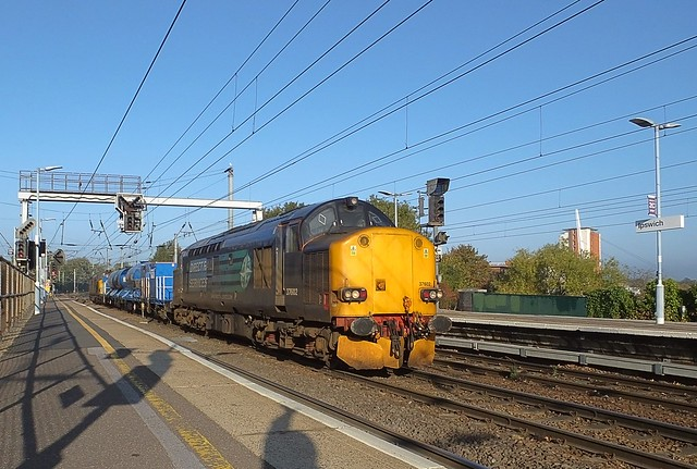 37602 top n tail with 37259 on the morning RHTT circuit, through Ipswich Station. 04 10 2018