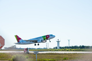 Airbus A319 taking off @LPPR