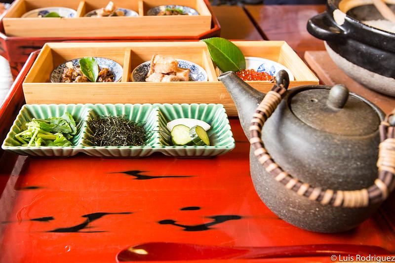 Platillos de salmón, verduras y té