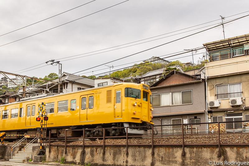 Tren de la línea Sanyo a su paso por Onomichi