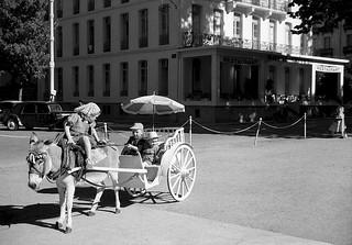 Scène de rue à Luchon vers 1958 - Photographie de Georges SULTRA