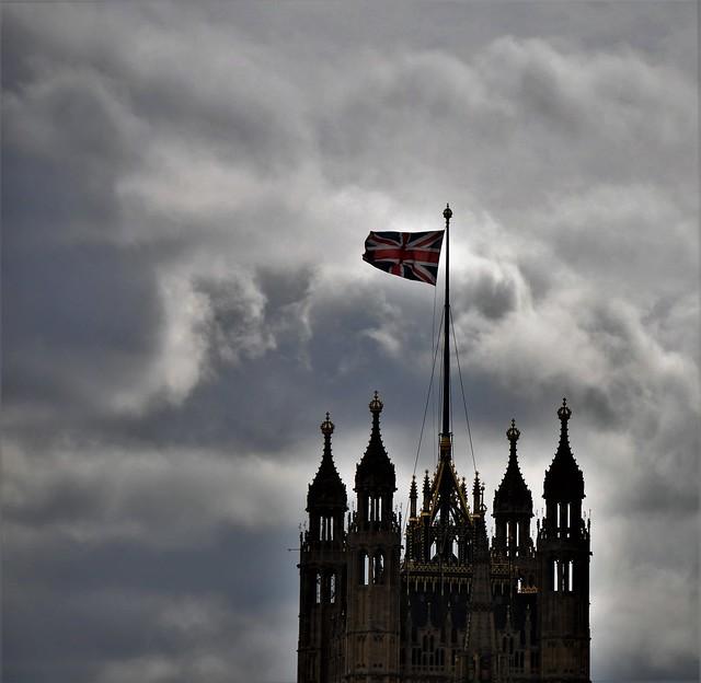 La bandera y las nubes