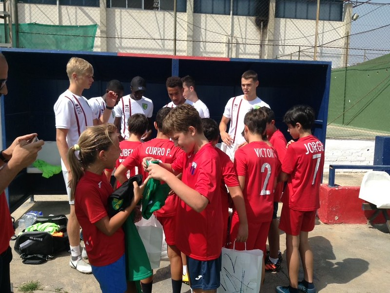 Puebla CF U12s receive Norwich City kit from the Canaries apprentices