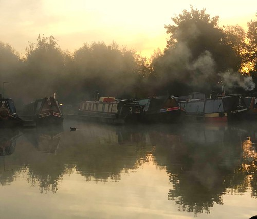 saul cotswoldcanaltrust stroud stroudwatercanal sauljunctionsmarina canal gloucester sharpnessandgloucestercanal boats calm still sunrise morning mist most narrowboat marina water
