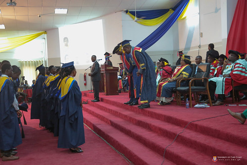 The Vice-Chancellor and Pro-Vice-Chancellor bowing in honour of some First Class Honours graduates.