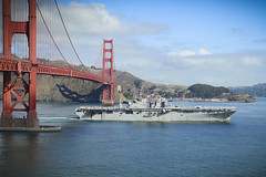 USS Bonhomme Richard (LHD 6) transits under the Golden Gate Bridge, Sept. 30, while arriving to participate in San Francisco Fleet Week. (U.S. Navy/MC1 Travis S. Alston)
