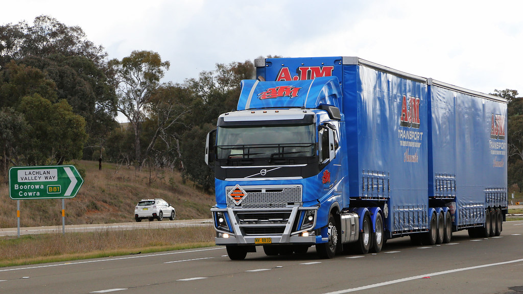 Lachlan & Hume (3/4) | On the Hume Highway at the Lachlan Va