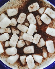 Brunch with friends featuring hot chocolate and marshmallows, life's pretty good right now. ❤️ #daysofsmallthings #f52grams #treats #hotchocolate #millennials #foodcloseup #contentment