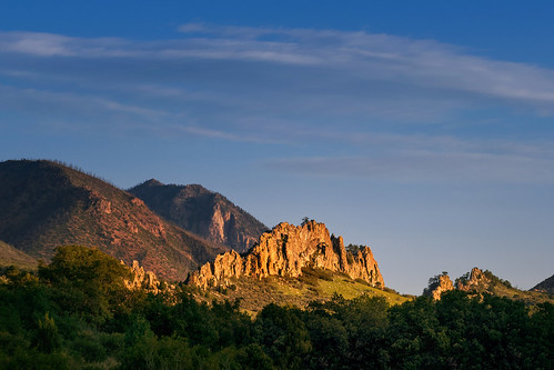 gardenofthegods coloradospringscolorado whiterock redrock formations landscape dawn daybreak sunrise rockymountains sedimentary fins erosion archeology upheaval nature outdoors layers flora summer august contours shadows goldenhour morninglight nikond7500 sigma18300 photoshopbyfehlfarben thanksbinexo