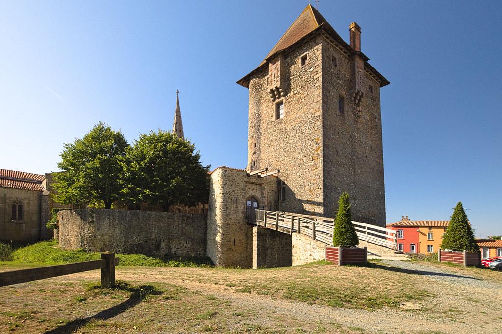 Le donjon du château d'Ardelay (Vendée)   Élevé sur une mott…   Flickr