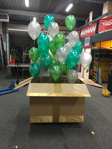 Gift box with green balloons   by BallondecoNL