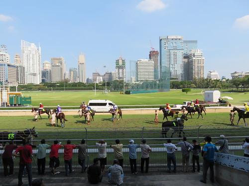 ロイヤルバンコクスポーツクラブ競馬場の直線走路を眺める