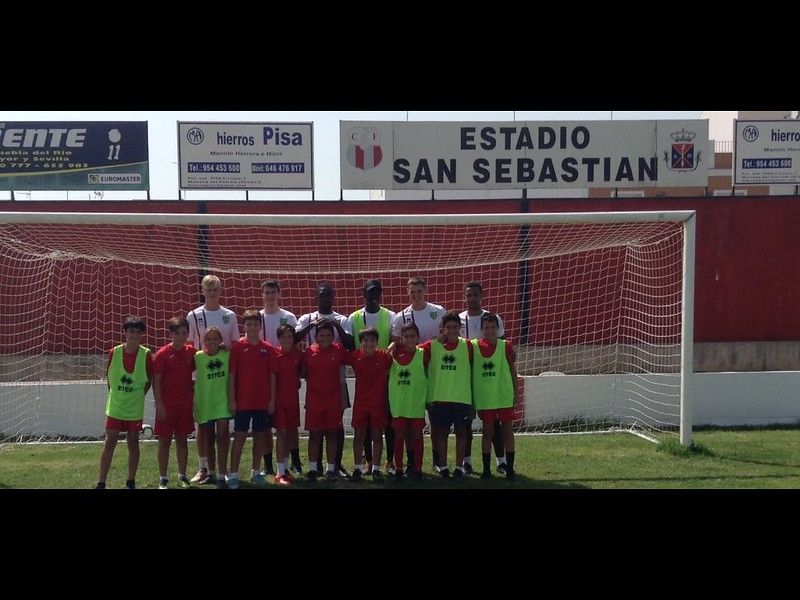 Atli Barkarson, Louis Lomas, Isak Thorvaldsson, Matt Richardson, Aaron Ekumah & Denzelle Olopade with Puebla CF U12 players