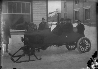 An automobile winterized by the addition of skis, Sainte-Agathe, Quebec / Une automobile sur skis pour l'hiver, Sainte-Agathe (Quebec)
