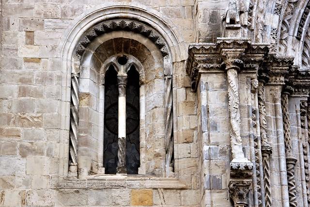 Chiesa di Santa Maria Maggiore - Iniziata nel 1227 (stile borgognone-cistercense) e ampliata nel 1540 - Particolare di una bifora/Started in 1227 (Burgundian-Cistercian style) and enlarged in 1540 - Detail of a two-light window