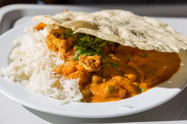 Tikki Masala Hähnchen mit Reis und Fladenbrot