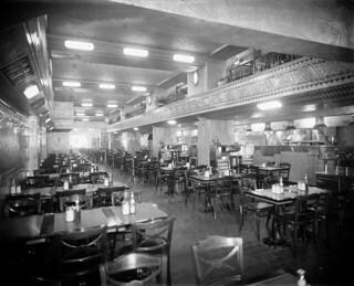 Interior of an Art Deco-style restaurant, or diner, Montreal, Quebec / Intérieur d'un restaurant de style Art déco, Montréal (Québec)