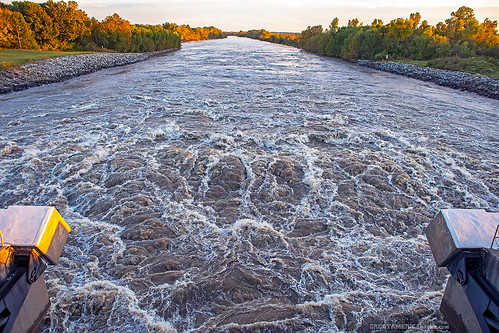oklahoma ok muskogee tullahassee wagonercounty wagoner county chouteaudam chouteaulockanddam chouteaulockanddam17 chouteau lock dam 17 bridge verdigrisriver verdigris mcclellankerrarkansasrivernavigationsystem mcclellankerr arkansas river navigation system mcclellan kerr mkarns spillway taintergate tainter gate usarmycorpsofengineers usace us army corps engineers tulsa district goldenhour golden hour water