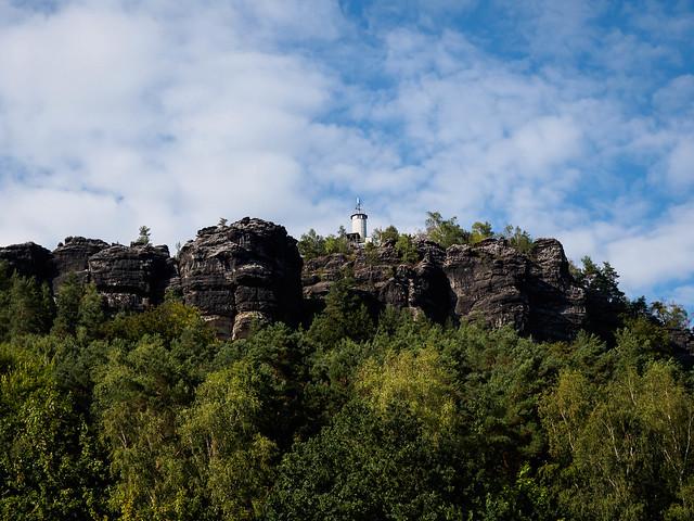 Blick hoch zum Papststein mit Feuerwehrturm