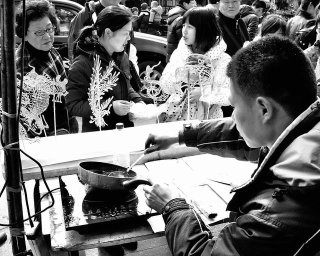 Le vendeur de figurines en sucre, Shanghai, Chine, février 2013. The maker of sugar figurines, Shanghai, China, February 2013.