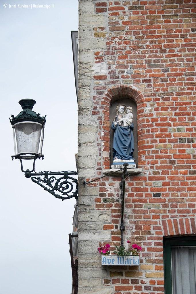 Ave Maria -patsas tiilitalon seinässä Bruggessa