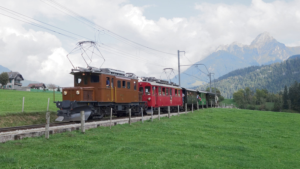 Bernina Krokodil RhB 182 und Bernina Triebwagen RhB 35 auf der Montreux - Berner Oberland Bahn (MOB) bei Château-d'Oex