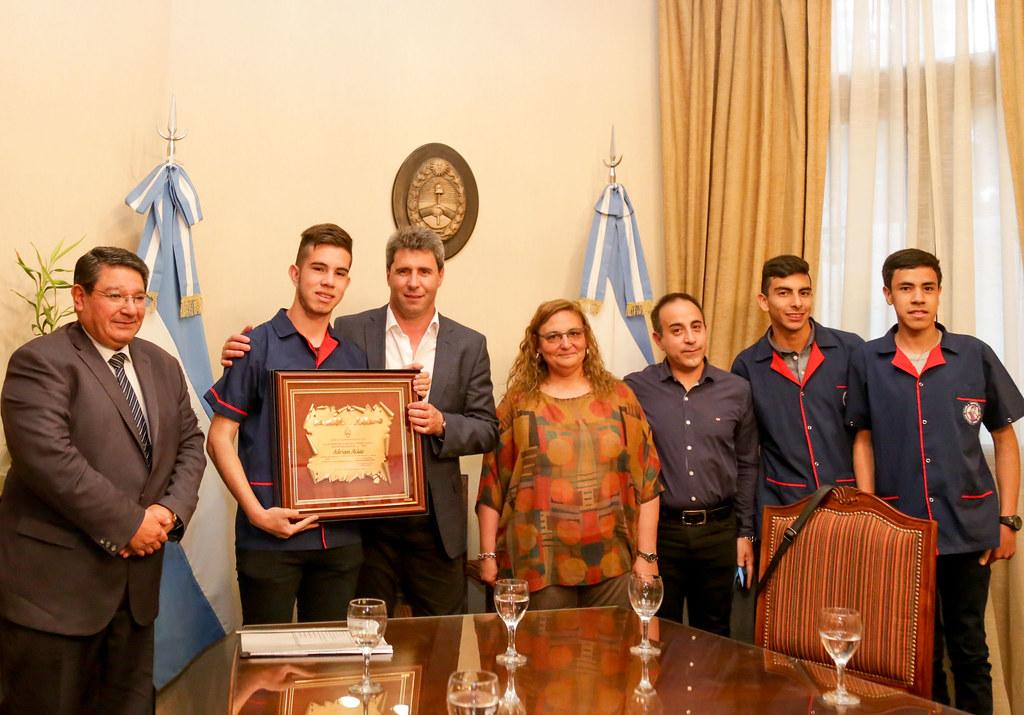 2018-09-25 PRENSA: El Gobernador Sergio Uñac recibió a los alumnos que ganaron la Maratón de Programación y Robótica .